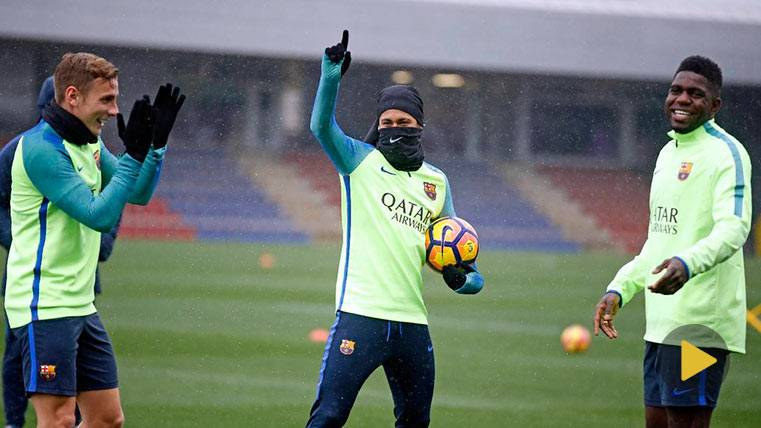 Neymar Júnior bromea muerto de frío en un entreno del Barça, junto a Digne y Umtiti