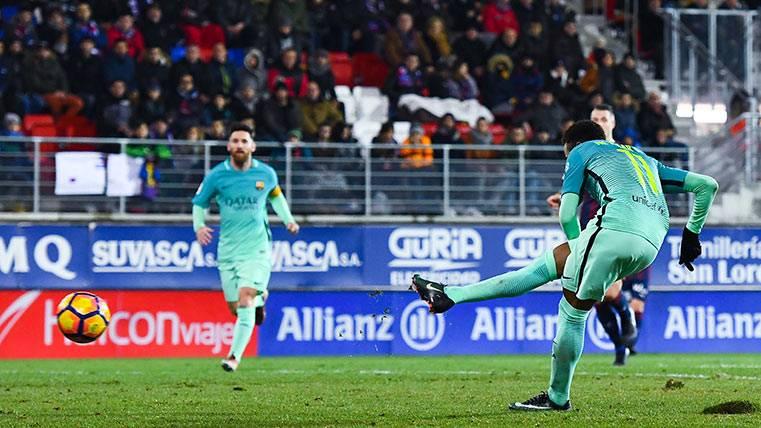 Neymar Júnior, a punto de anotar su gol frente a la SD Eibar