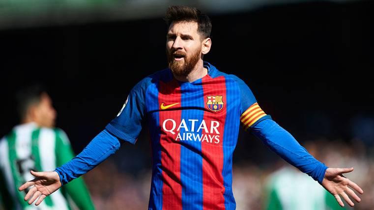 Los agarrones a Messi para frenar contraataques salen gratis