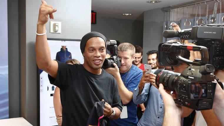 Ronaldinho, durante un acto institucional con el FC Barcelona