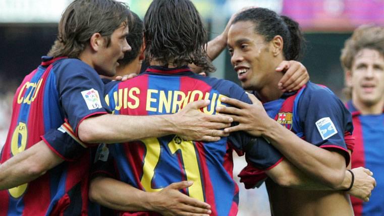 Luis Enrique, celebrando un gol con Ronaldinho en una imagen de archivo