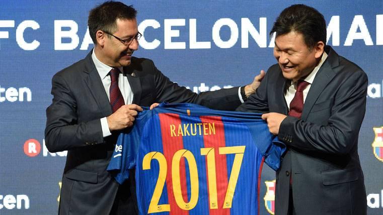 Josep Maria Bartomeu y Hiroshi Mikitani, durante el acuerdo Barça-Rakuten