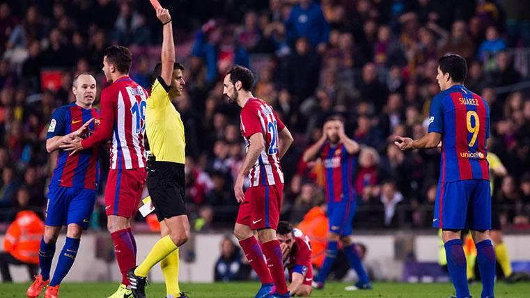 Gil Manzano: 3 expulsados y 11 amarillas en el Barça-Atleti