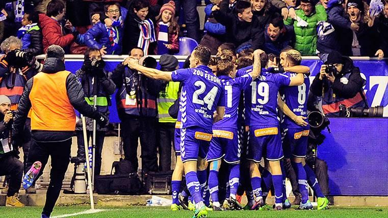 El Alavés celebra el gol de Edgar Méndez ante el Celta de Vigo