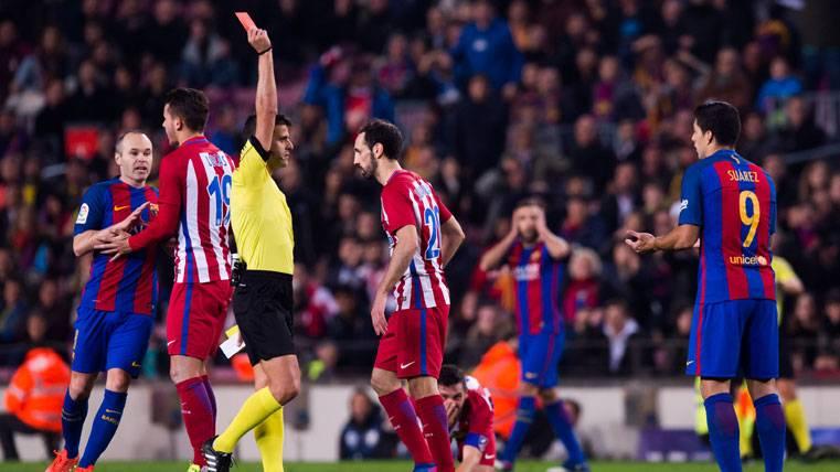 Luis Suárez, recibiendo la tarjeta roja en el Camp Nou