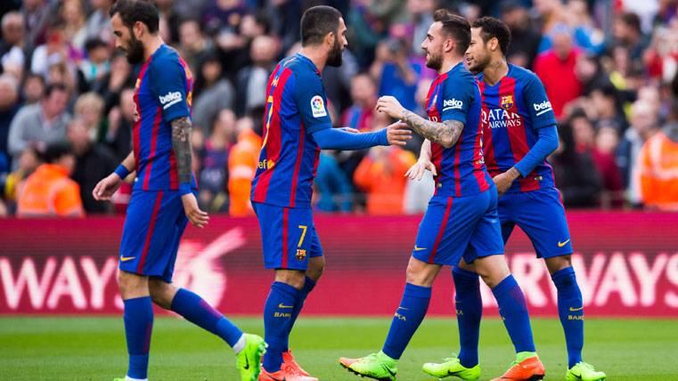 Arda Turan, celebrando con sus compañeros un gol del Barça