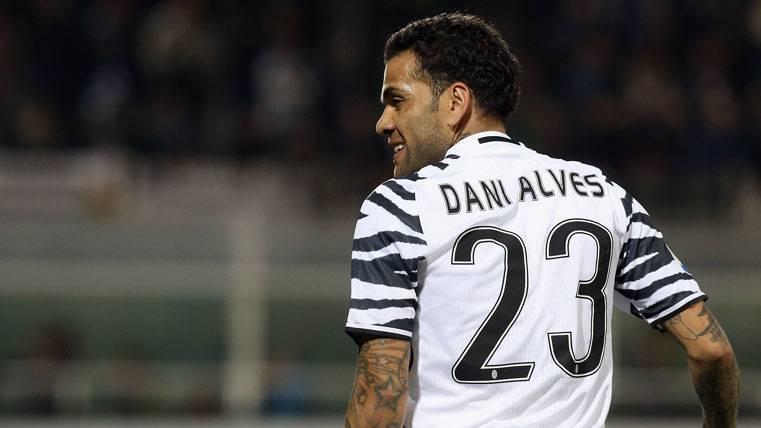 Atacan a Dani Alves por su irregularidad en la Juventus