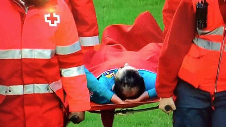 ¡Lesión grave de Aleix Vidal, trasladado al hospital!
