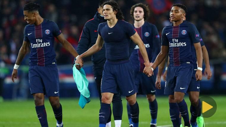 El PSG, celebrando la goleada al FC Barcelona en París