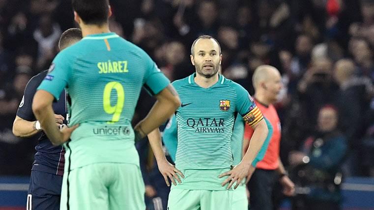 Iniesta y Luis Suárez durante el PSG-Barça