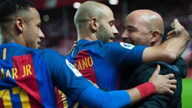 Javier Mascherano y Neymar se abrazan a Jorge Sampaoli al acabar el Sevilla-Barça