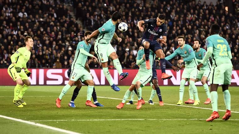 Marquinhos, intentando rematar un balón contra el FC Barcelona