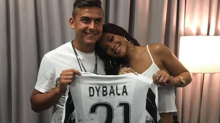 Piqué atrajo a Shakira y Dybala atraería a Rihanna al Barça