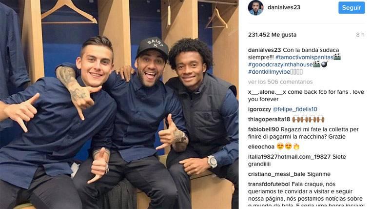 Dani Alves congenia con dos futuribles del FC Barcelona