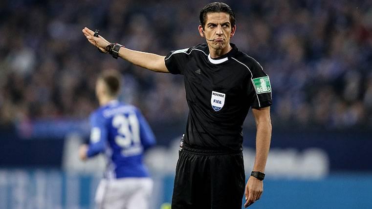 El hombre de negro que se interpone entre el Barça y el PSG