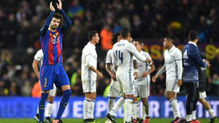 Gerard Piqué, aplaudiendo a la afición del Barça contra el Real Madrid