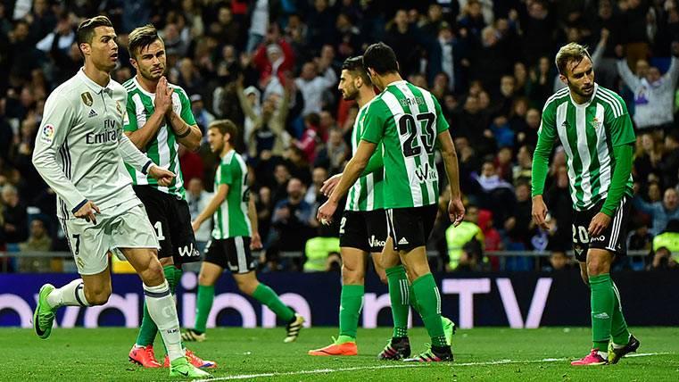 """Mateu Lahoz """"molesta"""" al Betis y le hace perder ante el Madrid"""
