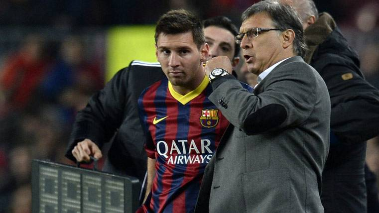 Gerardo Martino, conversando con Messi antes de un cambio
