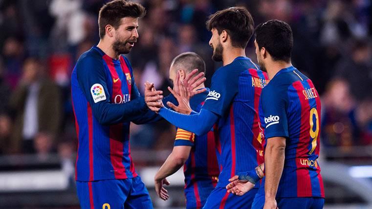 Gerard Piqué celebra el gol de André Gomes ante el Valencia CF