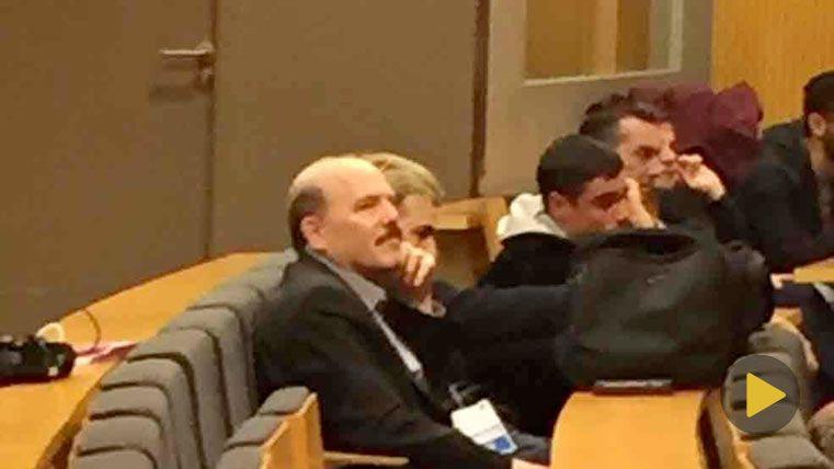 El periodista dormido en la rueda de prensa posterior al Barça-Valencia