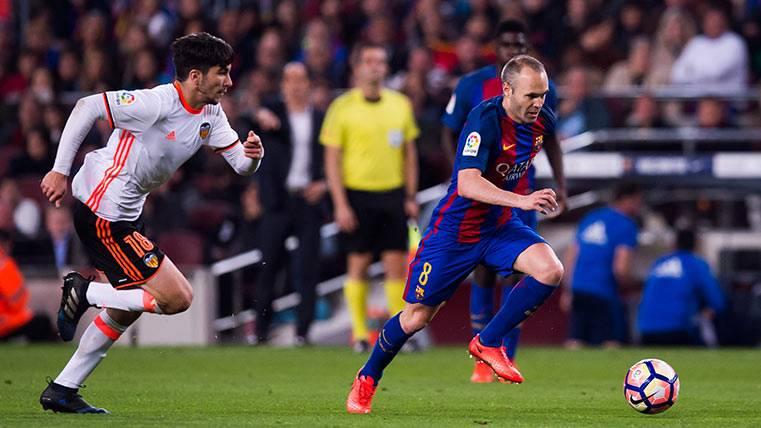 Andrés Iniesta corre con la pelota durante el Barça-Valencia