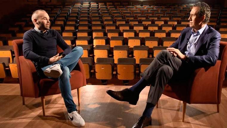 Andrés Iniesta junto a Jorge Valdano, en una charla de fútbol