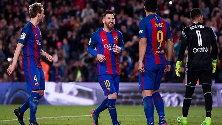Leo Messi, Luis Suárez y Rakitic celebran un gol del Barça ante el Valencia