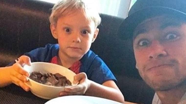 Neymar Jr y Davi Lucca, desayunando en una imagen de Instagram