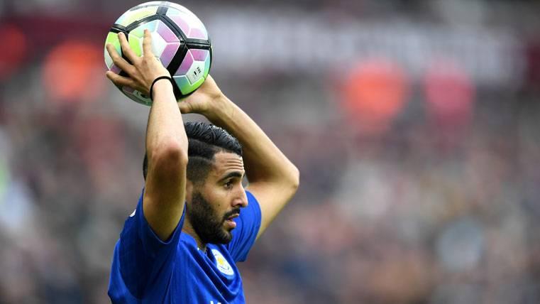 Riyad Mahrez, sacando de banda con el Leicester City