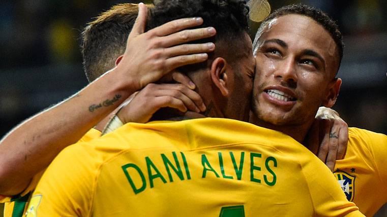 Neymar y Alves, grandes amigos y rivales en Champions