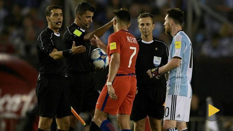 ENFADO: Messi negó la mano a un asistente tras el Argentina-Chile