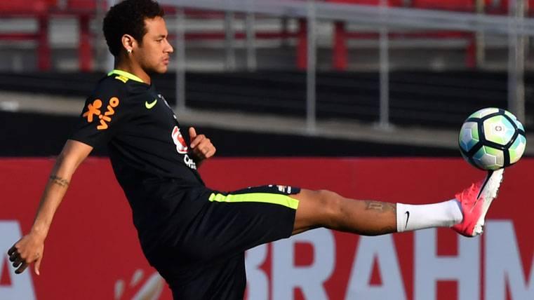 Locura por Neymar durante el último entreno de Brasil