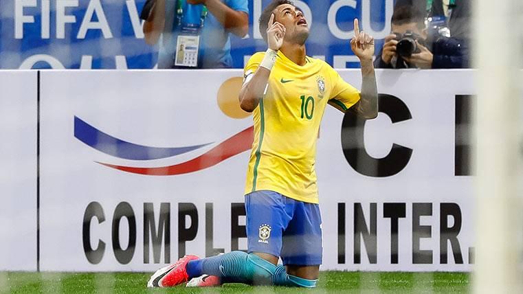 Neymar Júnior celebra su golazo ante Paraguay con Brasil