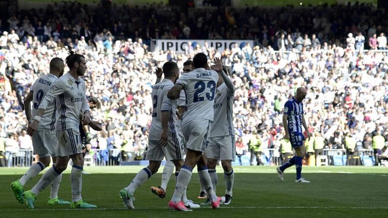 El Real Madrid goleó al Alavés para defenderse del Barça (3-0)