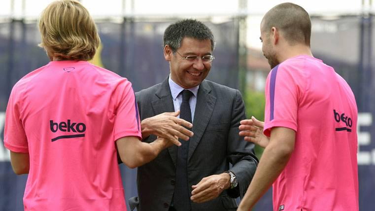 Josep Maria Bartomeu, junto a Piqué y Rakitic antes de un entreno