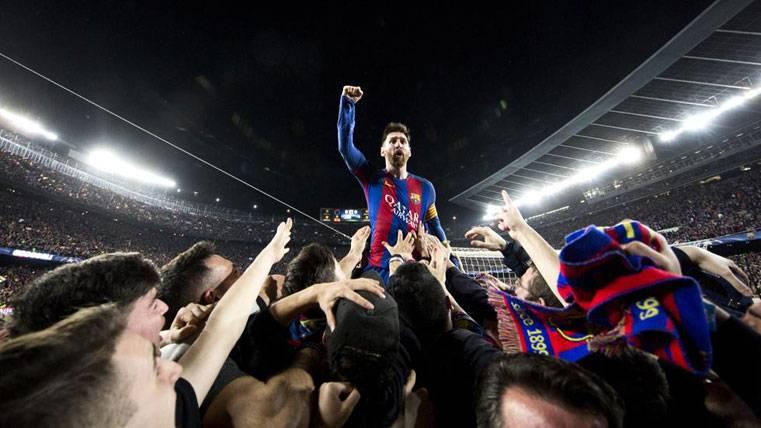 Entregan a Messi la histórica foto de la remontada al PSG
