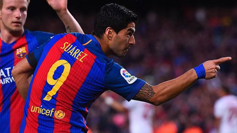 Luis Suárez celebra su gol al Sevilla con el Barça