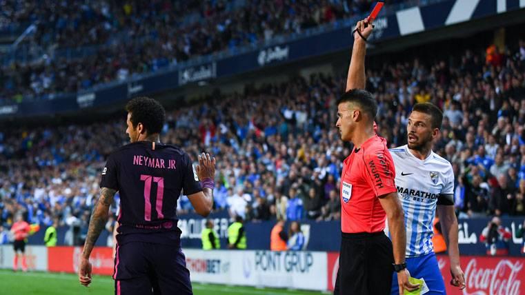 Neymar Jr, viendo la tarjeta roja con el FC Barcelona en La Rosaleda
