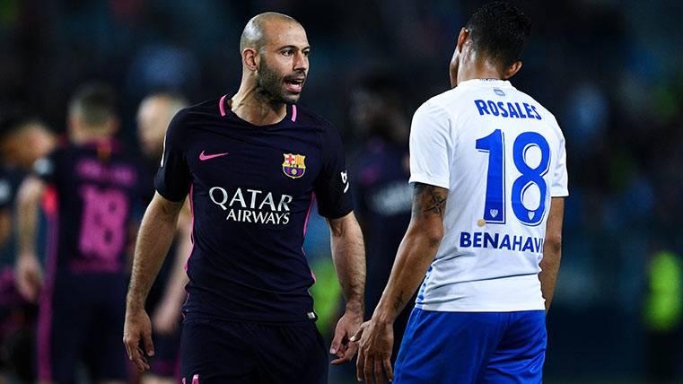 Mascherano le reclama a Rosales una jugada durante el Málaga-Barça