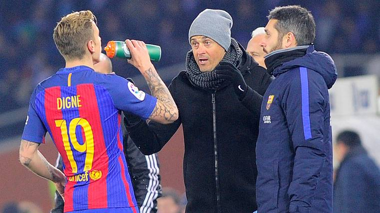 Lucas Digne, charlando con Luis Enrique durante un partido en Anoeta