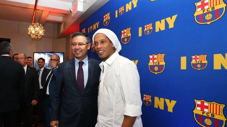Ronaldinho volverá al Camp Nou con el Barça ante el United