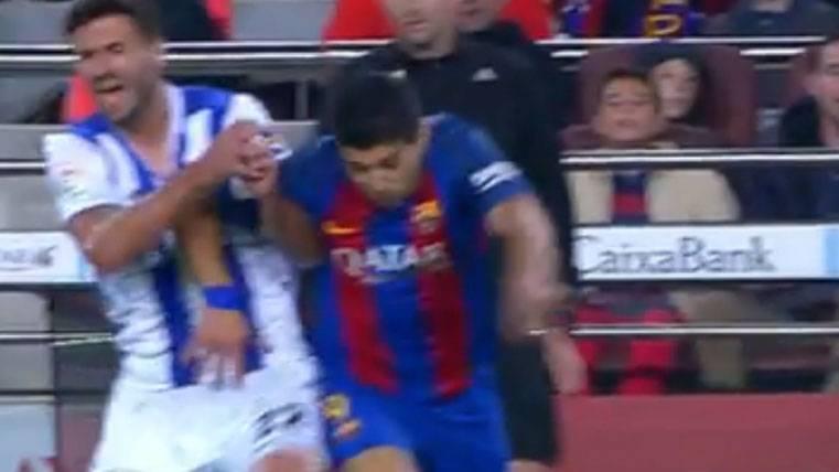 Luis Suárez, protegiendo un balón ante el defensor de la Real Sociedad