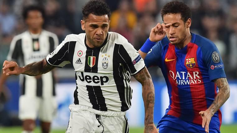 Ovación espectacular en el Camp Nou para Dani Alves