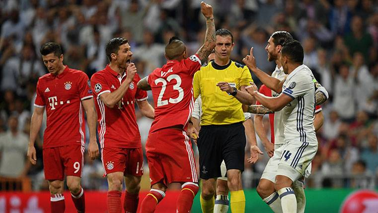 El robo de Kassai al Bayern ante el Madrid encendio a Piqué y Bravo