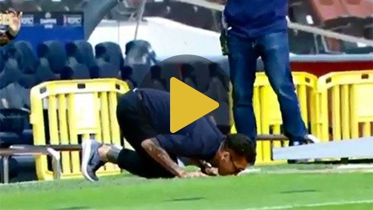 Dani Alves volvió al Camp Nou y le dio un beso al escudo del Barça