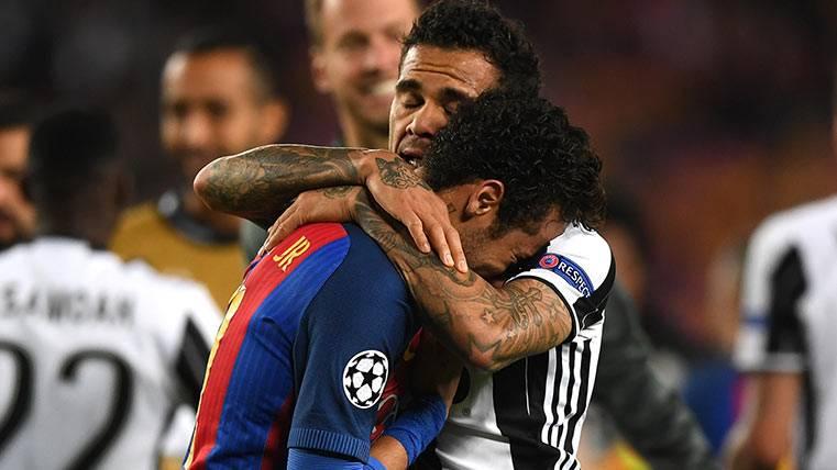Dani Alves consoló a su hermano Neymar tras el Barça-Juve