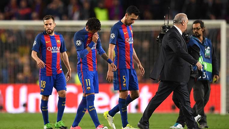 Los jugadores del FC Barcelona abandonando el Camp Nou tras jugar con la Juve