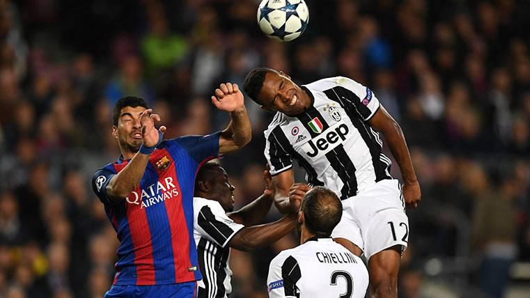 Lusi Suárez pugna por un balón en el Barça-Juventus