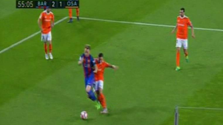 Penalti flagrante a Rakitic no pitado en el Barça-Osasuna