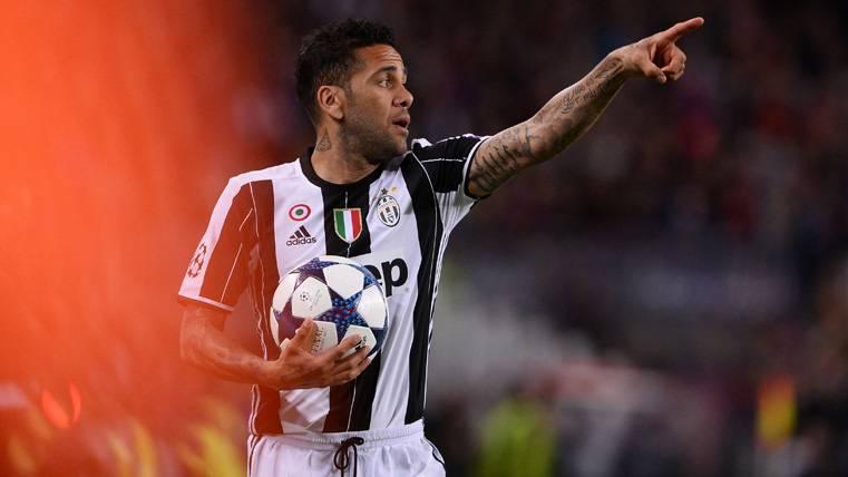 ¡Dani Alves también felicitó a Mascherano por su primer gol!